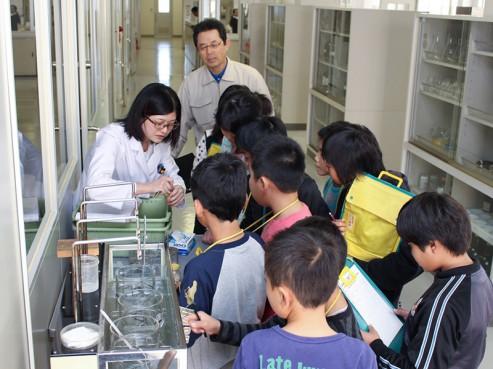 小学生の工場見学1